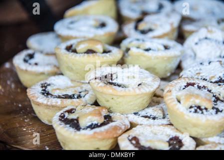 Reihe von Weihnachten Mince Pies Obst Törtchen mit Stern in der Mitte oben auf der Torte backen traditionelle Weihnachtsfeier - Stockfoto