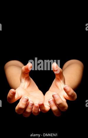 Weibliche Hände lesen, um etwas in der Dunkelheit zu fangen - Stockfoto