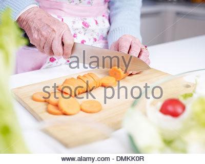 ältere Frau in der Küche - Stockfoto