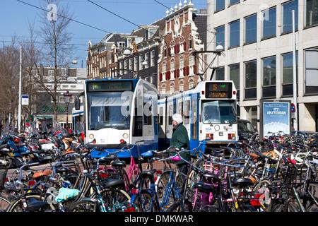 Straßenbahnen und Bikes in verdeutlicht / Singel, Stadtzentrum, Amsterdam, Nordholland, Niederlande - Stockfoto