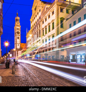 Augsburg, Deutschland am Rathausplatz als eine Straßenbahn vorbeifährt. - Stockfoto