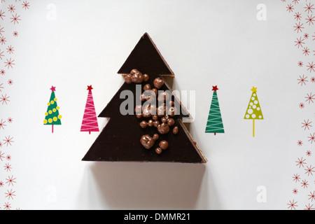 Marks & Spencer Weihnachtsbaum Dessert auf festlichen Teller mit Weihnachtsbäumen auf - Stockfoto