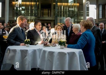Berlin, Deutschland. 16. Dezember 2013. Merkel, CDU-Vorsitzender, Seehofer, CSU-Vorsitzender und Gabriel, SPD-Vorsitzende - Stockfoto