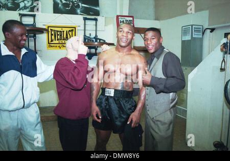 28. Januar 2002; Las Vegas, NV, USA; Foto-Datei: 1999.  ! (LtoR) Trainer FLOYD MAYWEATHER SR. Boxer ANGEL MANFREDDY, - Stockfoto