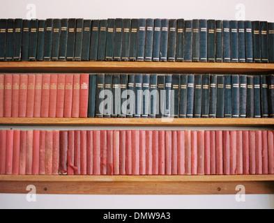 Alte Bücher in einem Regal. Traditionellen kirchlichen Gebetbücher. Abgenutzte Abdeckungen. - Stockfoto