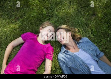 Ein Familien-Sommer-Garing auf einem Bauernhof. Ein gemeinsames Essen eine Heimkehr. - Stockfoto
