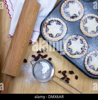 Hause aus Puderzucker bestäubt Mince Pies in Backblech - Stockfoto