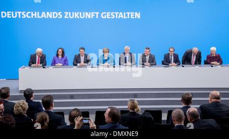16. Dezember 2013 - Merkel, CDU-Vorsitzender, Seehofer, CSU-Vorsitzender und Gabriel, SPD-Vorsitzende unterzeichnen - Stockfoto