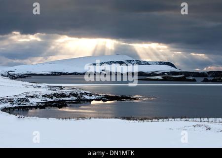 Wintersonne bricht durch die Wolken über eine verschneite St. Ninian Isle und unruhigen Kopf, Shetland, Scotland, - Stockfoto