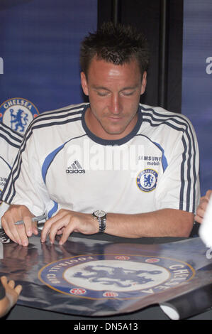 30. Juli 2006; Santa Monica, Kalifornien, USA; Chelsea Fußball-Star JOHN TERRY unterschreibt ein Poster für ein - Stockfoto