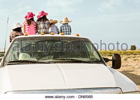 Hispanische Familie sitzt im Bett von LKW - Stockfoto