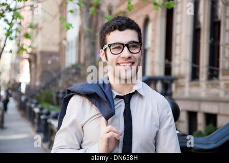 Hispano-Amerikaner Geschäftsmann zu Fuß auf Stadt Bürgersteig - Stockfoto
