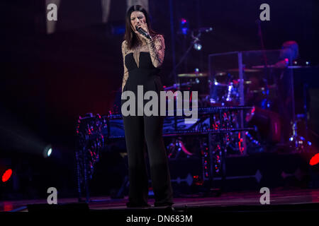 italienische pop s ngerin laura pausini f hrt ein konzert in der o2 world in berlin deutschland. Black Bedroom Furniture Sets. Home Design Ideas