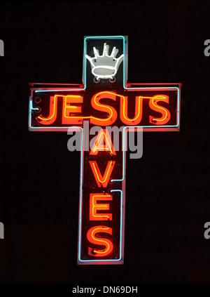 Ein roter Neonschild mit der Aufschrift Jesus rettet - Stockfoto