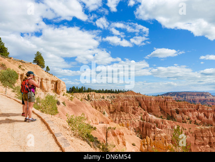 Wanderer mit dem Fotografieren am Navajo Loop Trail, Sunset Point, Bryce Amphitheater, Bryce-Canyon-Nationalpark, - Stockfoto