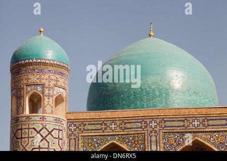 Ein Minarett und Kuppel, Tilla Kari Madrasah, auch bekannt als Tilla Kari Madrasah, Registan Quadrat, Samarkand, - Stockfoto