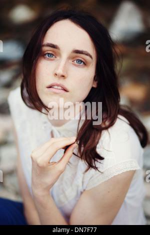 Porträt der jungen Frau, Blick in die Kamera - Stockfoto