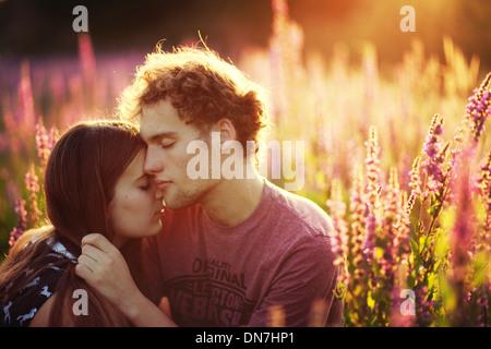 Junges Paar in Liebe umarmen auf einer Wiese