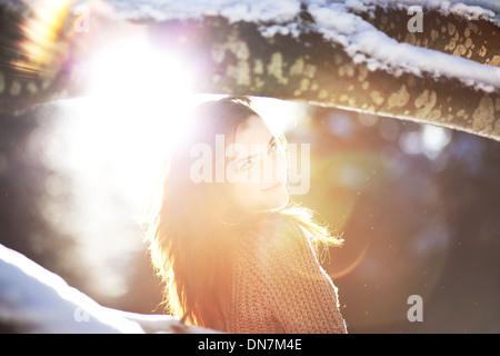Porträt einer jungen Frau bei Gegenlicht - Stockfoto