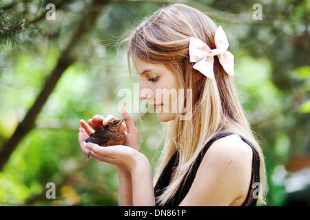 Mädchen mit jungen Spatz in der Hand - Stockfoto