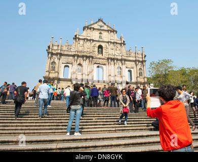 Touristen vor den Ruinen der St. Pauls - eine berühmte touristische Sehenswürdigkeiten in Macao (Macau), SARE von - Stockfoto