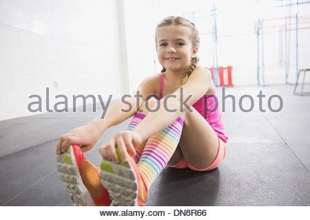 Porträt von Mädchen dehnen - Stockfoto