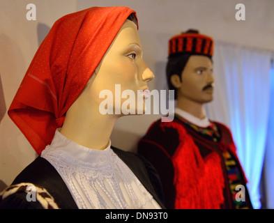 Weiblichen und männlichen dalmatinischen Tracht aus der Miljevci Region getragen mit Dummies im Musée Etho, Krka - Stockfoto