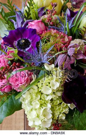 Nahaufnahme von Frühling-Blumen-Arrangement mit rosa, lila und ...