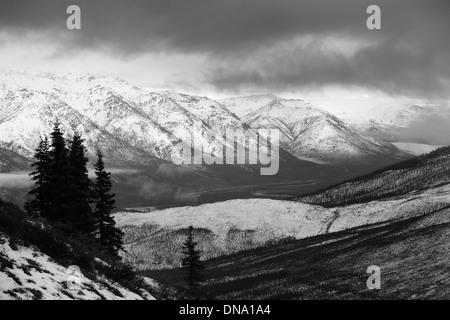 Blick auf getrübten Philip Smith Berge aus dem Endicott-Sortiment auf den Middle Fork Koyakuk-Fluss und den Dalton Highway Wiseman Alaska USA