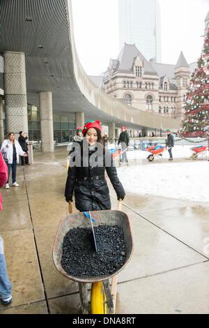 Toronto, Kanada. 20. Dezember 2013. Santa liefert Kohle an Toronto Bürgermeister Rob Ford. Canad Credit: © Nisarg - Stockfoto
