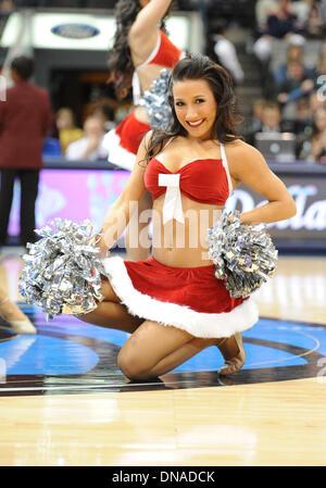 Dallas, Texas, USA. 20. Dezember 2013.  Die Dallas Mavericks Tänzer führen bei einem NBA-Spiel zwischen Toronto - Stockfoto