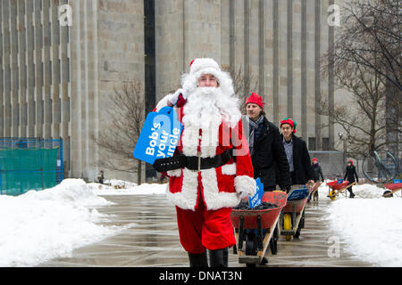 Toronto, Kanada. 20. Dezember 2013. Santa liefert Kohle an Toronto Bürgermeister Rob Ford. Kanada-Credit: Nisarg - Stockfoto