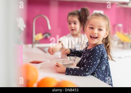 Kleine Mädchen in der Küche - Stockfoto