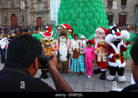 La Paz, Bolivien. 21. Dezember 2013.  Ein Aymara Familie Pose für Sofortbilder mit Santa und beliebten Film / Comic - Stockfoto