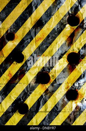 alten Grunge gelbe Warnschild mit Freiheitsmahnmal - Stockfoto