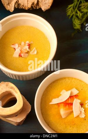 Gelbe Creme weißem Souffle Geschirr Overhead