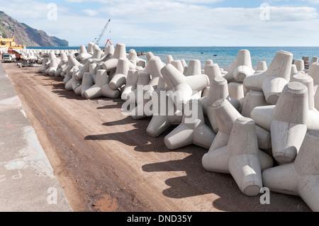Betonsteine (Tetrapoden) schützen die Küste vor den Verwüstungen des Meeres, Praia Formosa, Funchal, Madeira, Portugal - Stockfoto