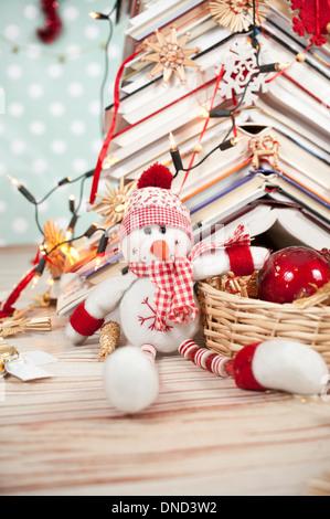 Weihnachten Baum aus Büchern und lustigen Schneemann - Stockfoto