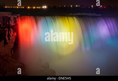 Toronto, Kanada. 23., 2013. Niagara Falls leuchtet während 2013 Winterfestival of Lights in Niagara Falls, Ontario, - Stockfoto