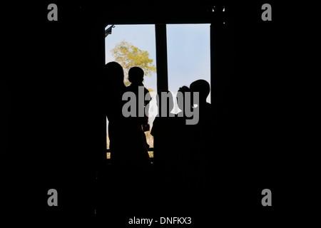 Familie Silhouetten, Mutter und 4 Kinder unkenntlich aus Fenster zu schauen. - Stockfoto
