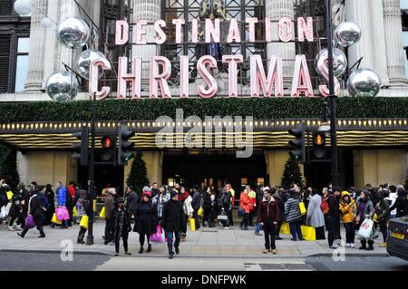 Käufer außerhalb am zweiten Weihnachtstag außerhalb Selfridges in der Oxford Street, London - Stockfoto