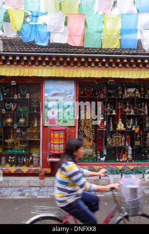Peking China Dongcheng District Nanluoguxiang Hutong historische shopping asiatische Frau Reiten Fahrrad Shop Fenster - Stockfoto