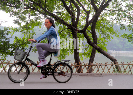 Peking China Haidian Bezirk Peking Universität PKU Beidà Higher Education Campus Asiatin Studentin Reiten Fahrrad - Stockfoto