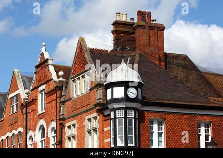 Detail der Giebel und Schornsteine auf viktorianischen Backsteinbauten in High Street, Tonbridge, Kent, England - Stockfoto