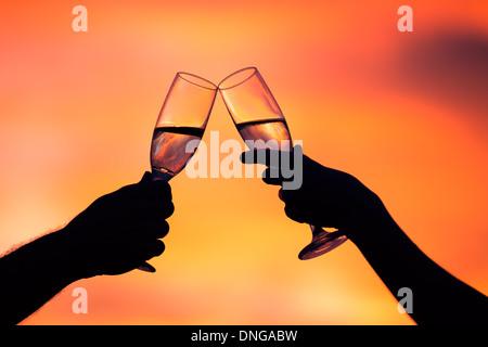 Silhouette eines Paares trinken Champagner bei Sonnenuntergang - Stockfoto