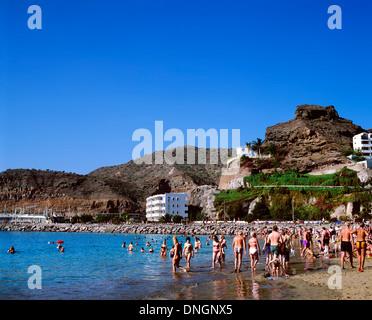 Urlauber am Strand, Puerto Rico, Gran Canaria, Spanien - Stockfoto