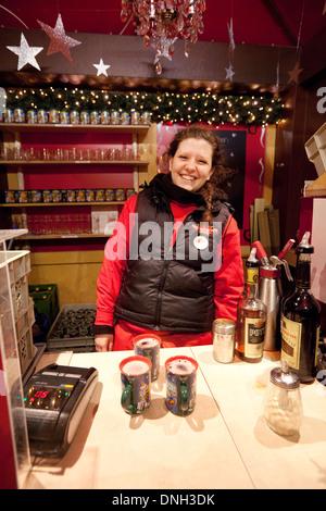 Glühwein-stall, Glühwein zum Verkauf mit Standbesitzer auf dem Kölner Weihnachtsmarkt, Köln (Köln), Deutschland, - Stockfoto