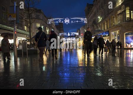Weihnachten Geschäfte Dekorationen und Shopper in Liverpool One, Merseyside, UK - Stockfoto