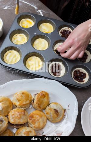Frau macht kleine Kuchen - Stockfoto