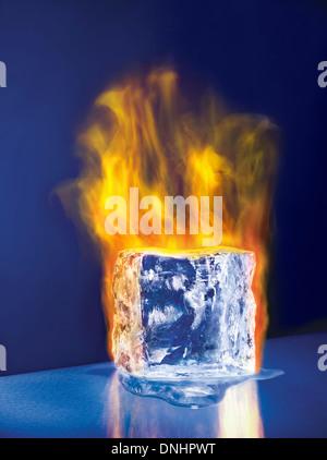 Ein großer schmelzenden Eis Block Würfel in Brand. - Stockfoto